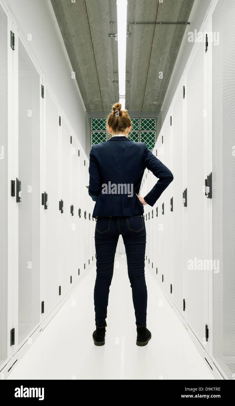 Un dipendente in piedi nella memorizzazione dei dati camera Immagini Stock