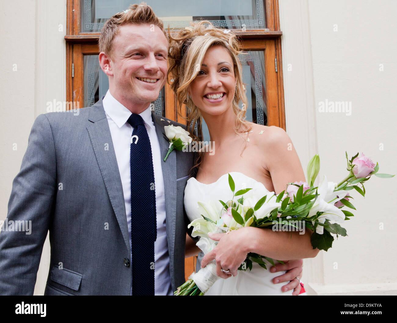 Sposa e lo sposo sorridente alla cerimonia di nozze Immagini Stock
