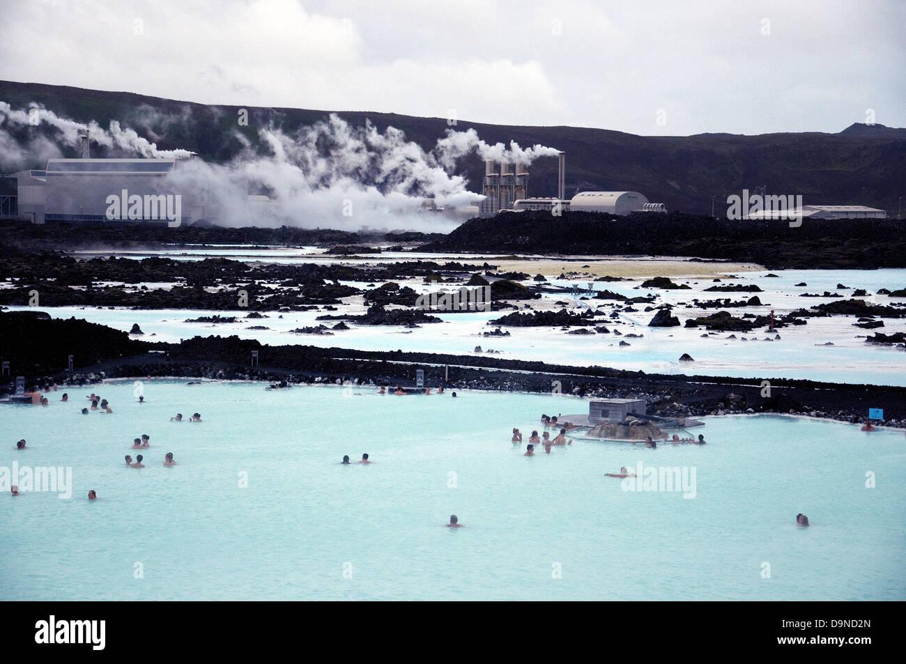 Islanda famosa laguna blu, popolare piscina lago in primo piano, l'Svartsengi energia geotermica impianto posteriore Immagini Stock