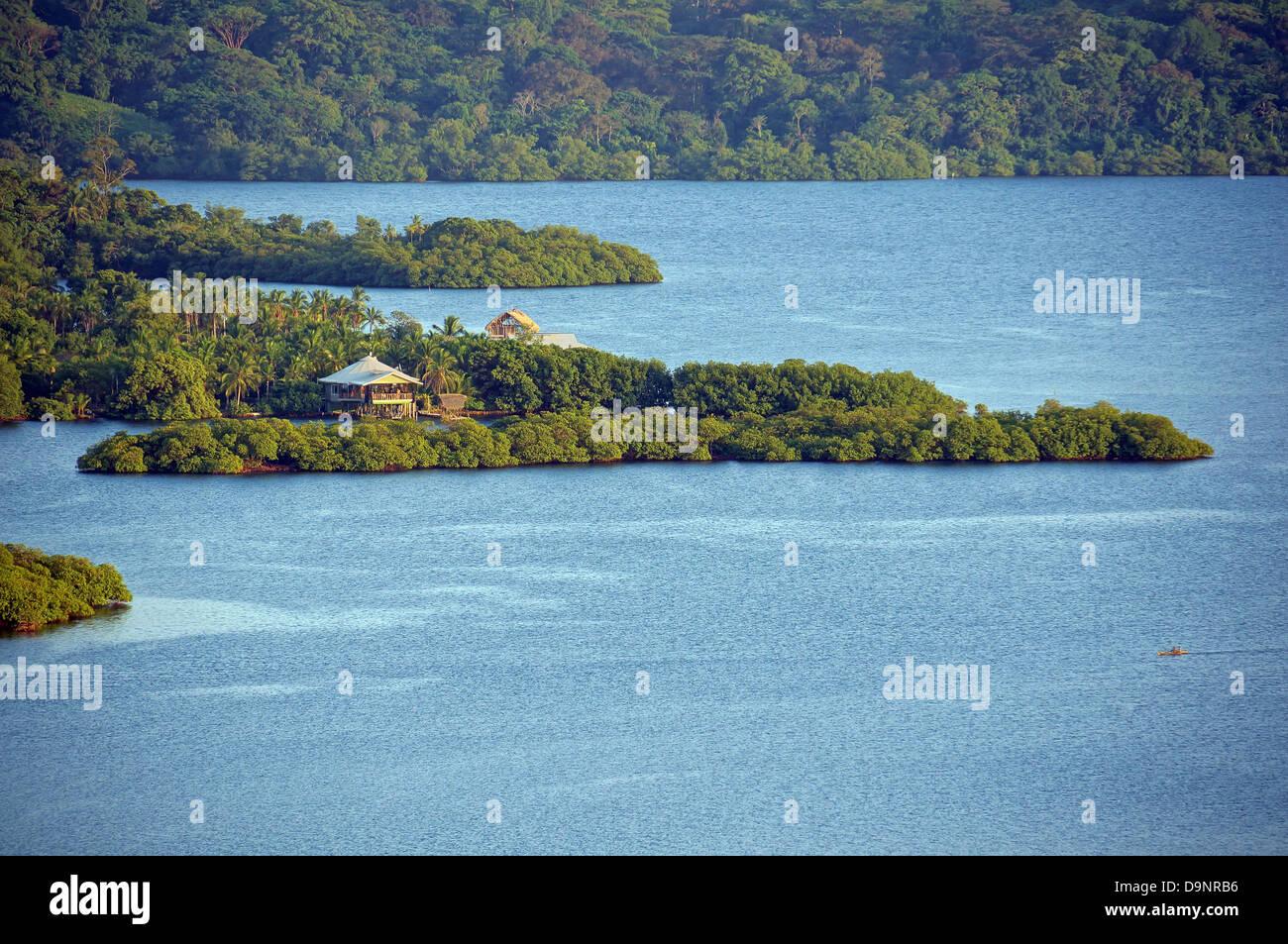 Paesaggio esotico con la luce del tramonto su isola tropicale e la casa, Bocas del Toro, Panama Immagini Stock