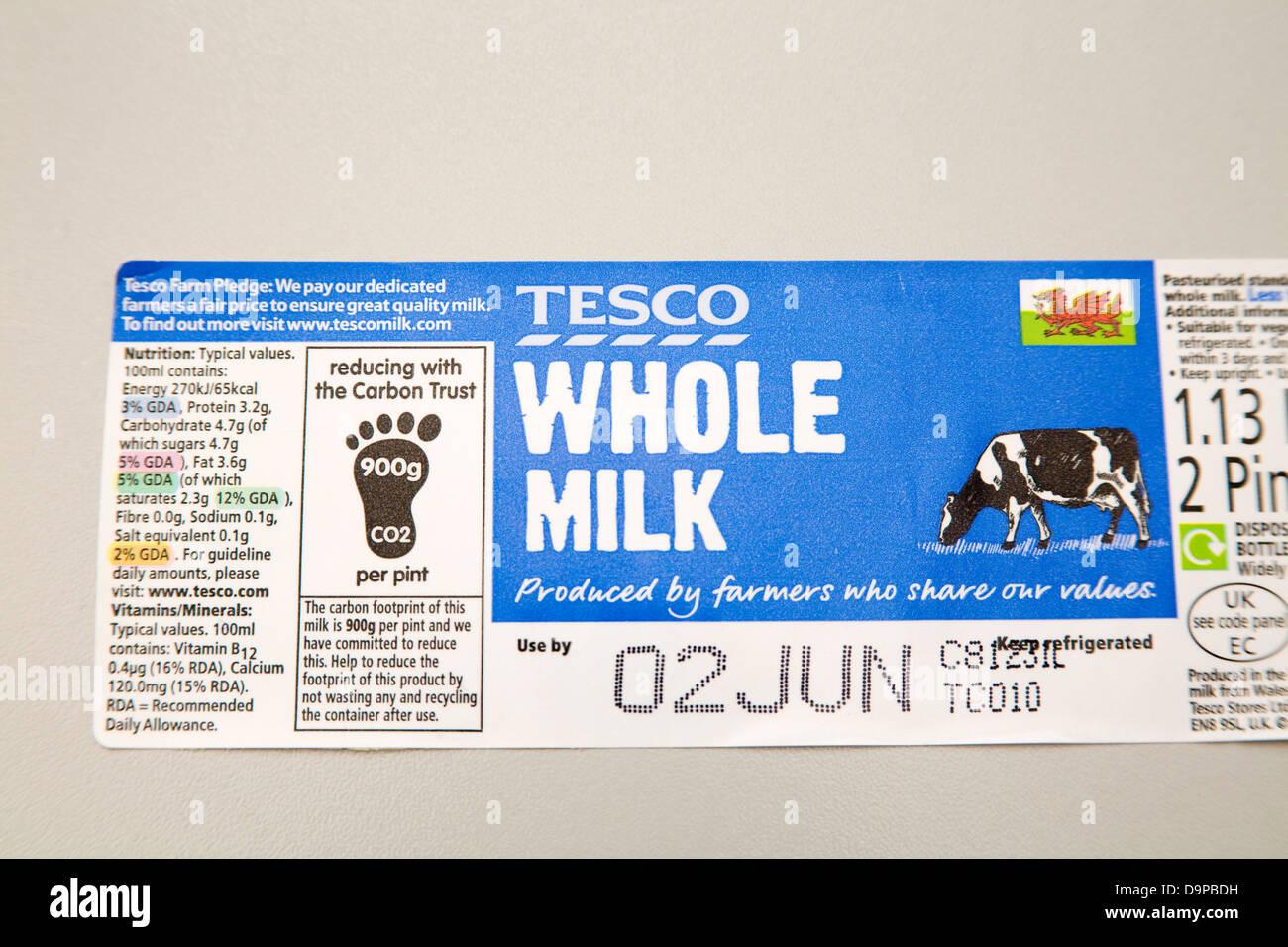 Etichetta da Tesco latte intero cercando di ridurre le emissioni di anidride carbonica Immagini Stock