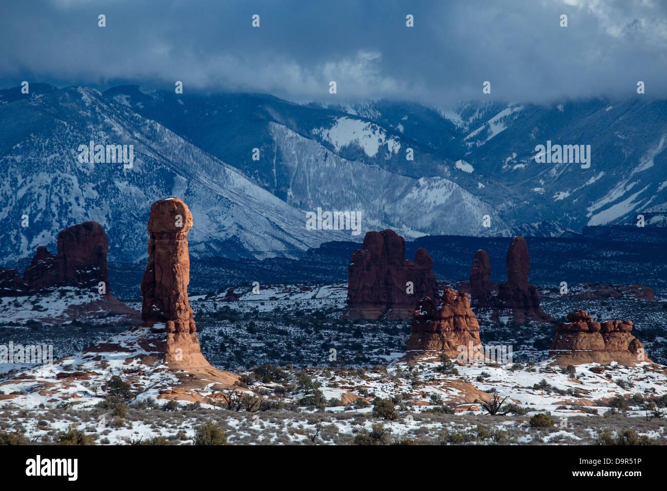 Pile di roccia nella sezione Windows con La Sal Mountains al di là, Arches National Park, Utah, Stati Uniti Immagini Stock
