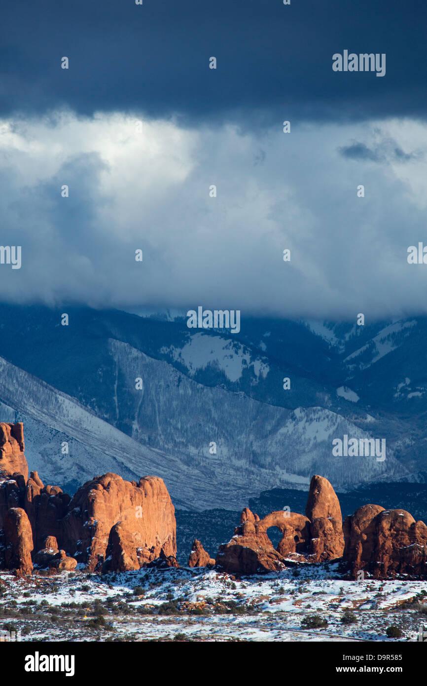 La sezione di windows con La Sal Mountains al di là, Arches National Park, Utah, Stati Uniti d'America Immagini Stock