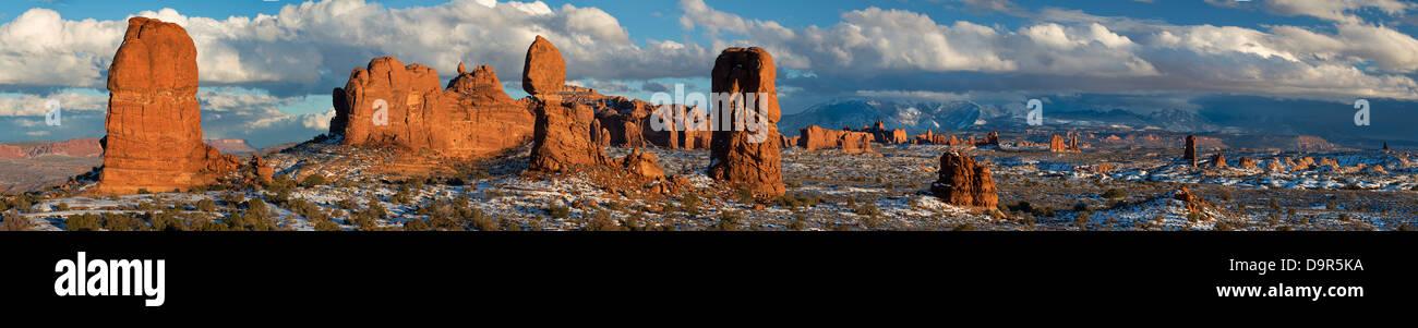 Roccia equilibrata e la sezione di Windows con La Sal Mountains al di là, Arches National Park, Utah, Stati Immagini Stock