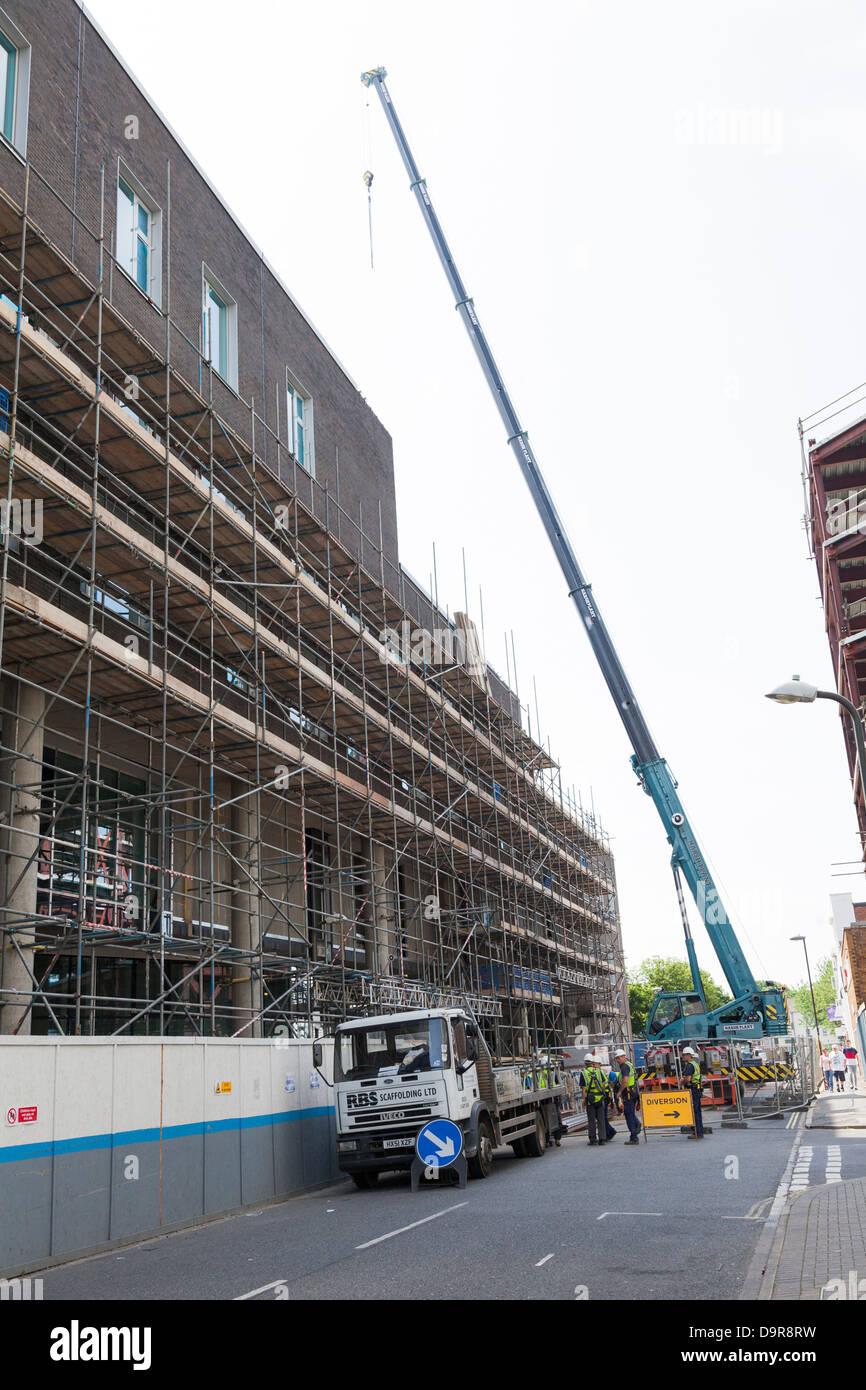 Gru mobile di blocco stradale per sollevare al sito di costruzione Immagini Stock