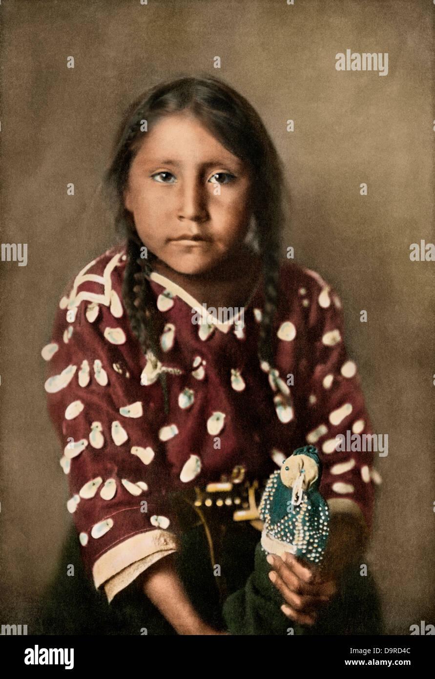 Crow Indian girl Glydis Littlenest o corse-a-Sorrel-Horse, circa 1900. Colorate a mano i mezzitoni di una fotografia Immagini Stock