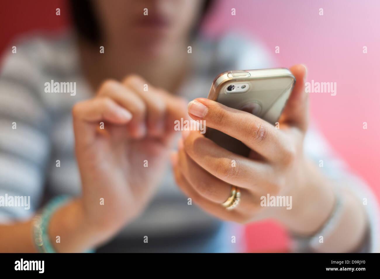 Donna che utilizza un touch screen mobile phone-messa a fuoco selettiva Immagini Stock