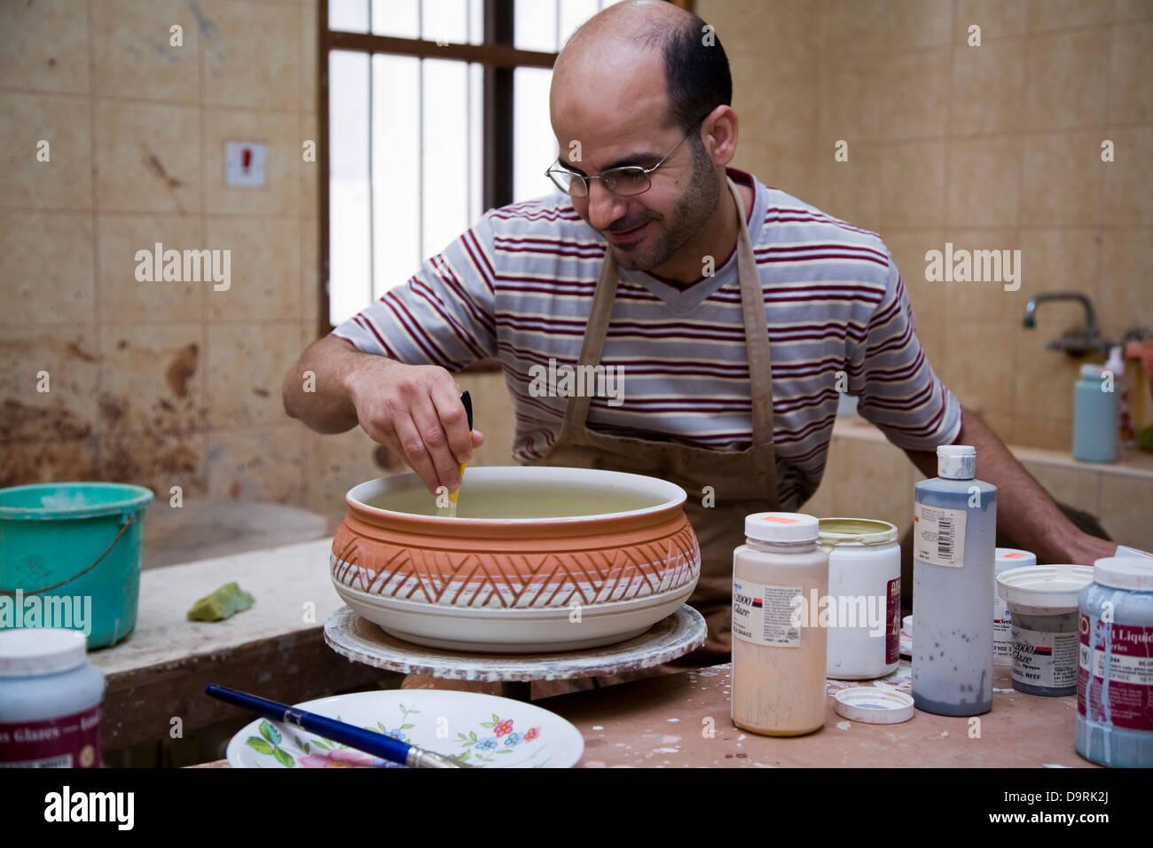Potter presso il governo-run Al-Jasara centro artigianale, Manama, Bahrain Immagini Stock