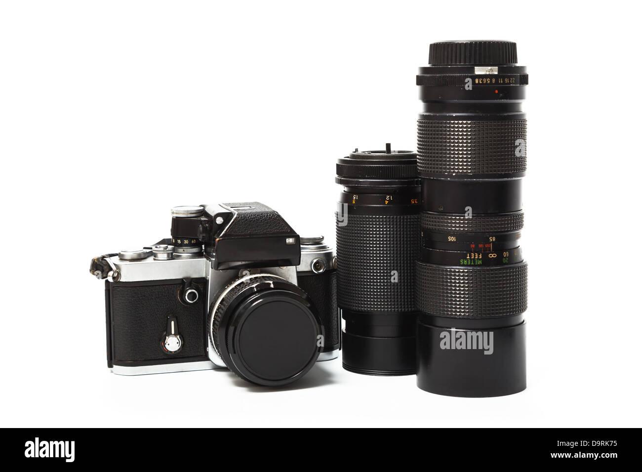 Vecchia macchina fotografica e la lente isolati su sfondo bianco Immagini Stock