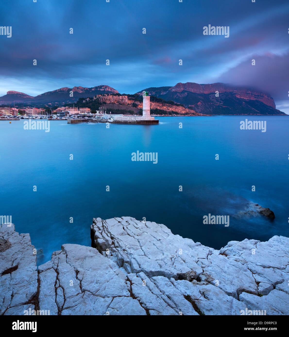 Cassis al crepuscolo, Bouches-du-Rhône , Côte d'Azur, Provenza, Francia Immagini Stock