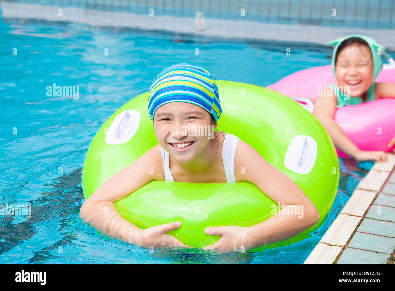 Belle Ragazze Con Anello Gonfiabile In Piscina Foto Stock Alamy