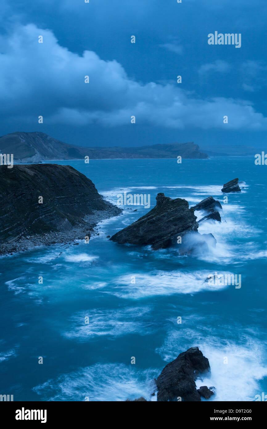 Mupe Bay all'alba su una ruvida inverno mattina, Jurassic Coast, Dorset, England, Regno Unito Immagini Stock
