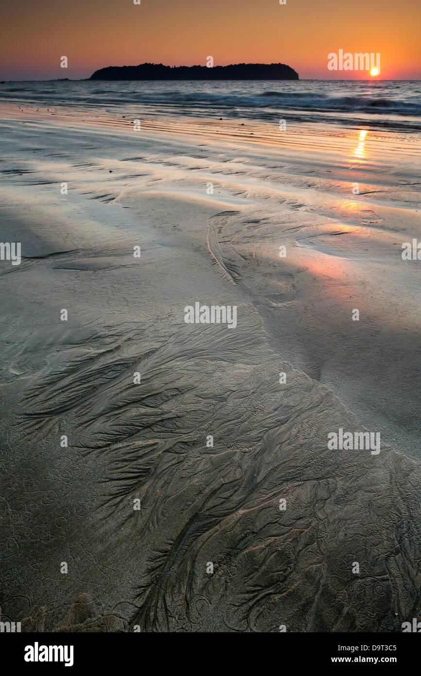Modelli per la sabbia sulla spiaggia di Ngapali al crepuscolo, Rakhine, Myanmar (Birmania) Immagini Stock