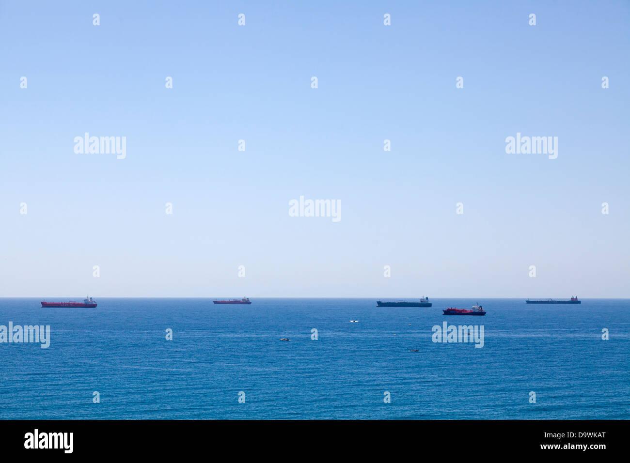 Le petroliere e navi container passing off Tarragona nel Mediterraneo. Immagini Stock