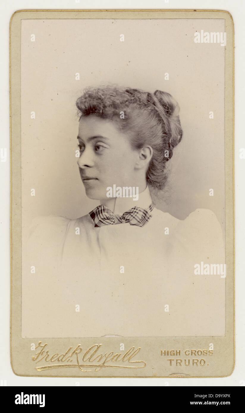 Cartes de Visite ( biglietto da visita ) ritratto di una giovane donna vittoriana, 1890's, U.K. Immagini Stock
