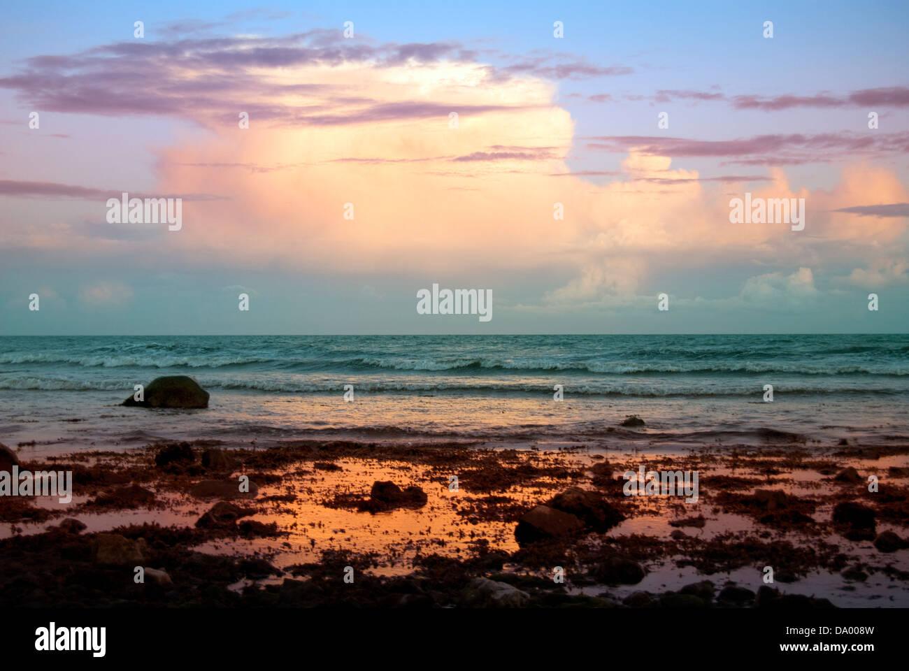 Spiaggia in bei colori al tramonto Foto Stock