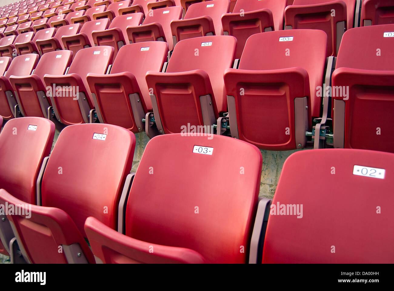 Close up di colore rosso brillante stadium sedi Foto Stock