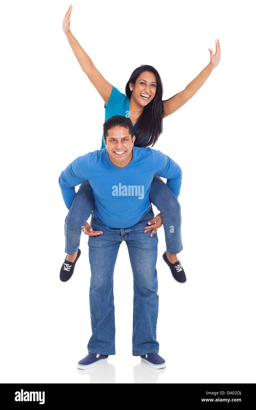 Ritratto di amorevole coppia indiano divertendosi con piggyback ride isolate su sfondo bianco Immagini Stock