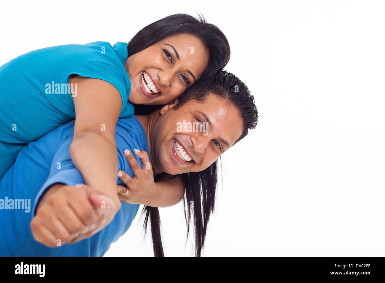 Felice giovani indiani giovane divertendosi con piggyback su sfondo bianco Immagini Stock