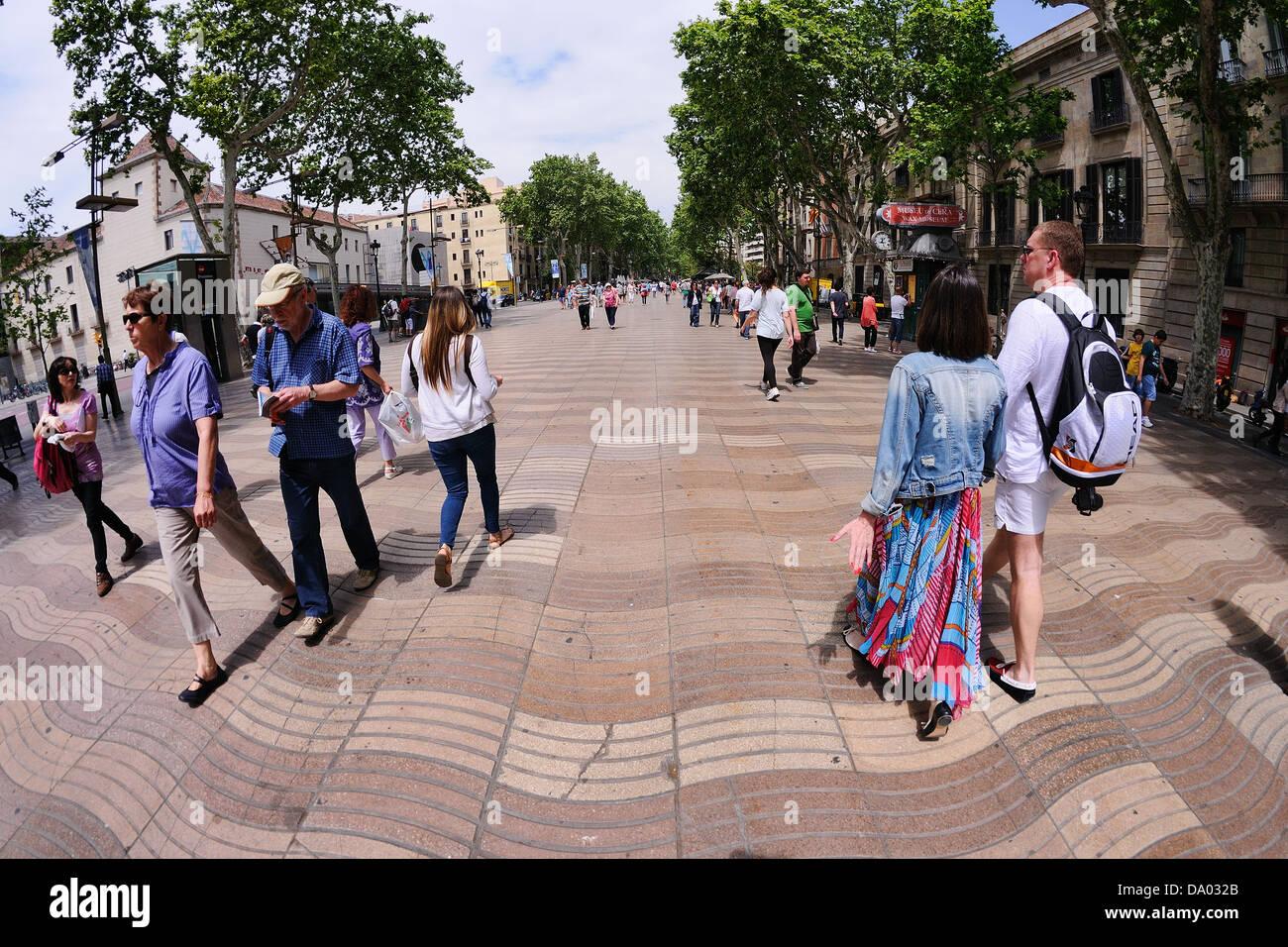 La gente a piedi a Les Rambles street, Barcellona. Immagini Stock