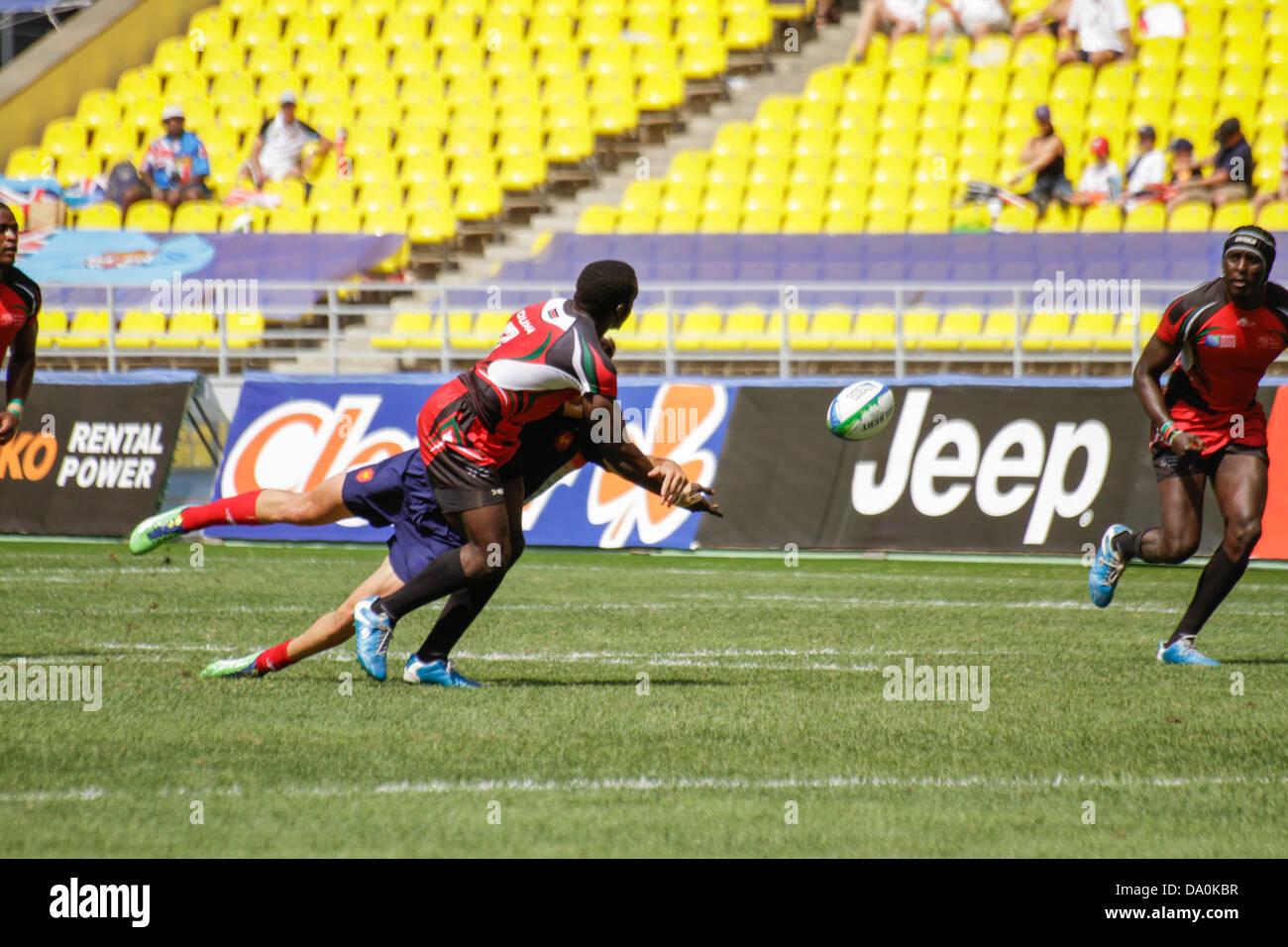 Mosca, Russia. Il 30 giugno 2013. Oscar Auma del Kenya passa la palla a metà affrontare al compagno di squadra Immagini Stock