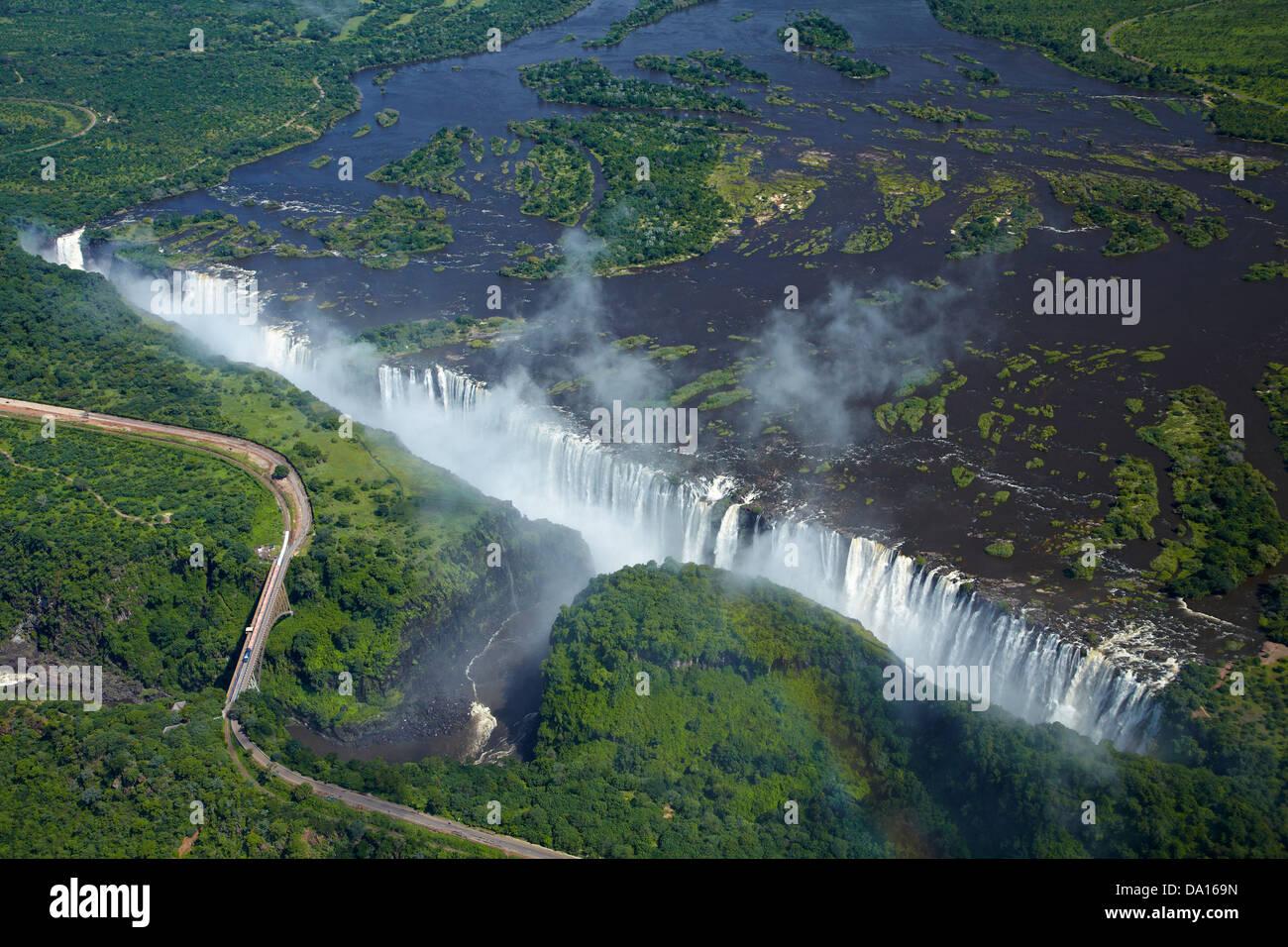 Victoria Falls o 'Mosi-oa-Tunya' (il fumo che tuona), il fiume Zambesi, e Victoria Falls Bridge, Zimbabwe Immagini Stock