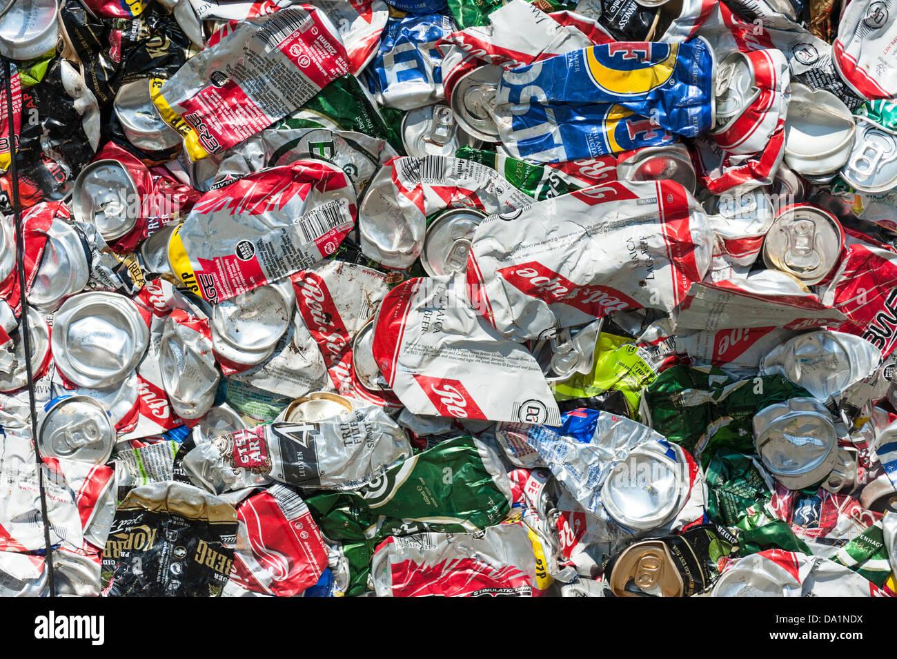 Frantumati e compattati in lattine di alluminio per il riciclaggio Immagini Stock