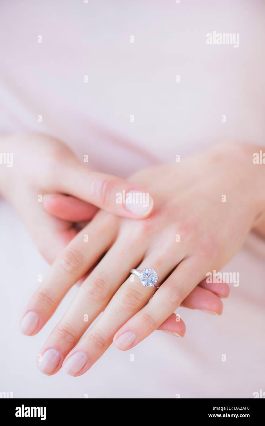 Donna mani con anello di fidanzamento Immagini Stock