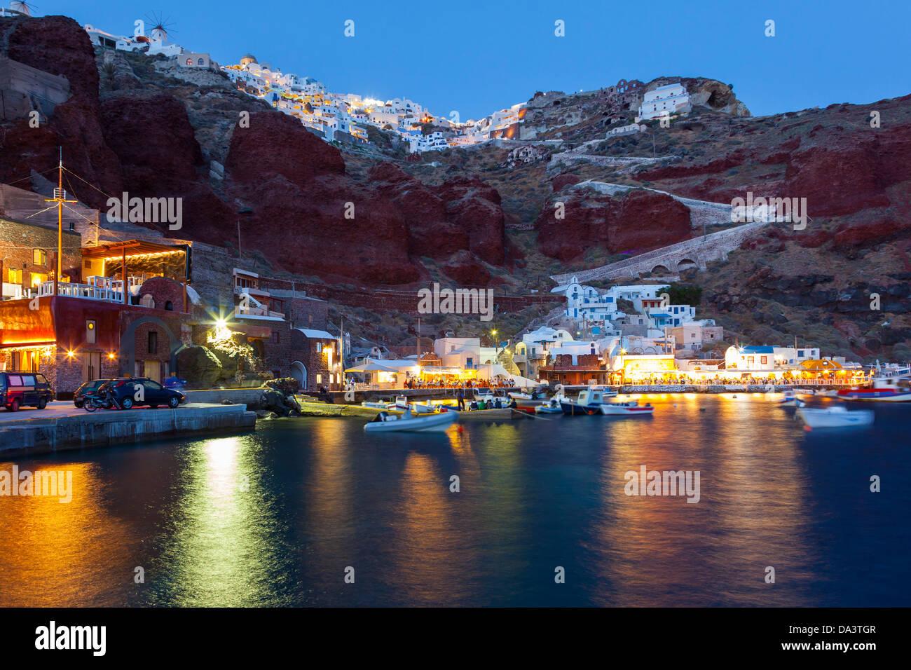 Night Shot di Ammoudi Bay con Oia Santorini Grecia sopra. Immagini Stock