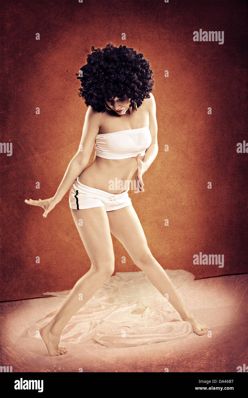 Giovane donna in abiti sportivi in ballo zumba o reggaeton o hiphop style  Immagini Stock 2790ecf95ae1