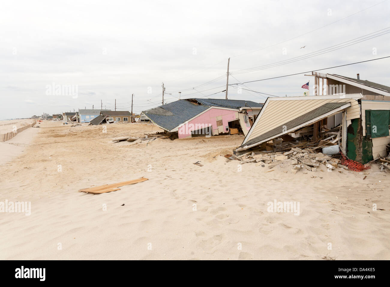 Un uragano lascia una scia di distruzione la distruzione di case e case. Foto Stock