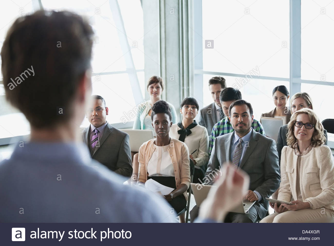 Un gruppo di persone di affari a presentazione in edificio per uffici Immagini Stock