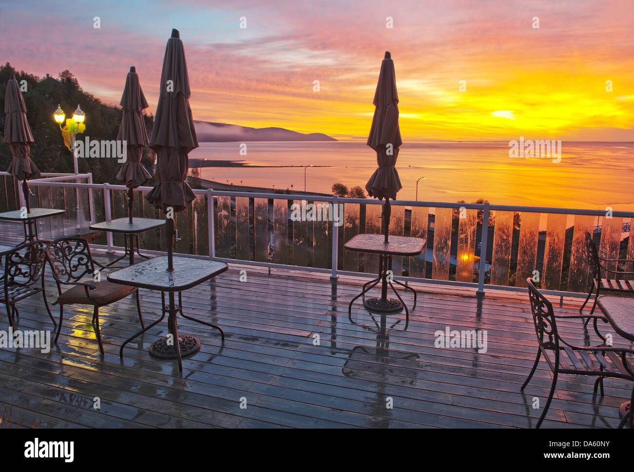 Terrazza, Gite Mer et montagne, sul fiume San Lorenzo, sul fiume Malbaie, Quebec, Canada, tramonto, tavoli, sedie Immagini Stock