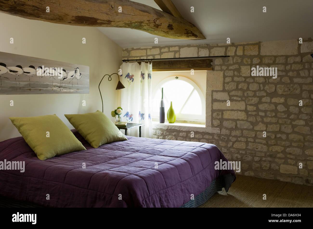 Camera Da Letto Matrimoniale In Francese : Malva e quilt giallo pallido cuscini sul letto matrimoniale nel