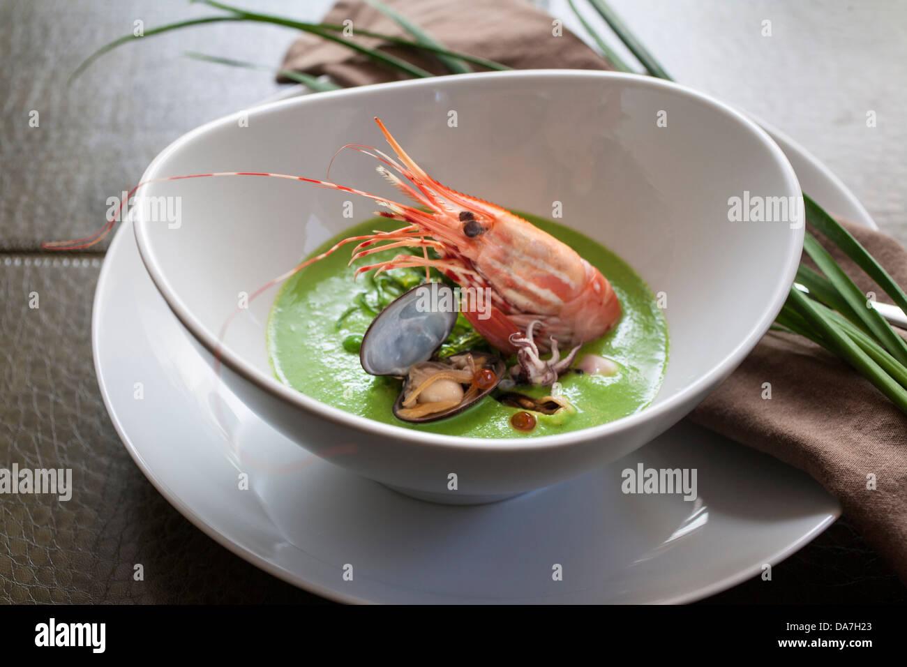 Gamberi piatto a base di pesce in una ciotola zuppa di gamberetti Immagini Stock