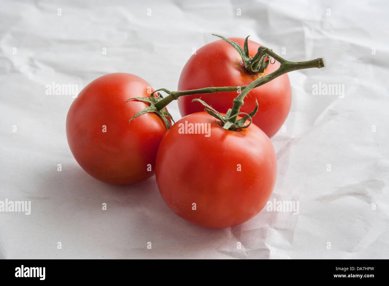 Red pomodori maturi su butcher carta Immagini Stock