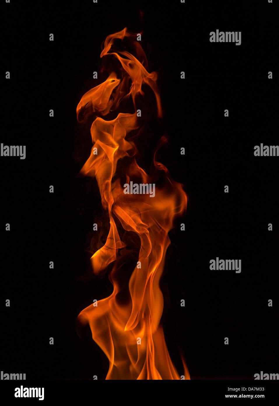 Fiamma aperta fare strane forme mentre bruciare il carburante Immagini Stock