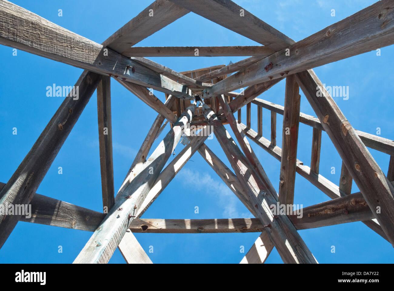 Un vecchio mulino a vento dispone di affascinanti forme geometriche quando visto dal di sotto. Immagini Stock
