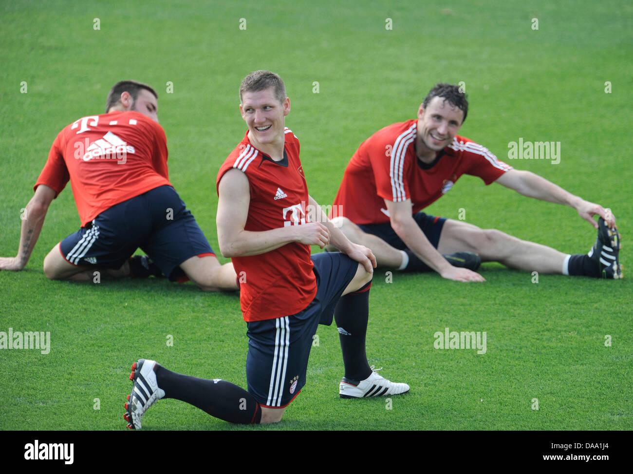 FC Bayern Monaco Diego è contento (L-R), Bastian SCHWEINSTEIGER e Mark van Bommel sgranchirsi le gambe in un Immagini Stock