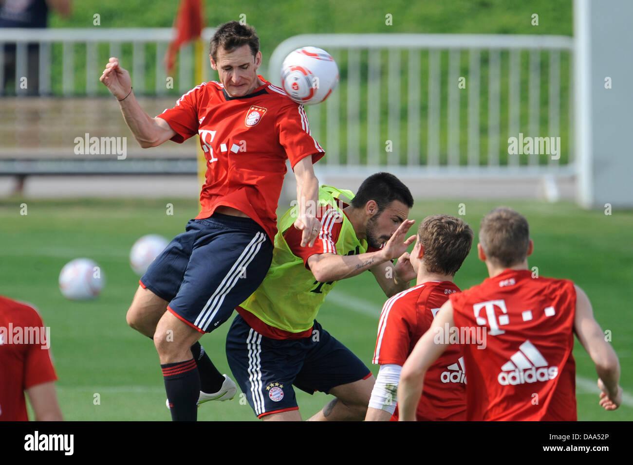 Monaco di Baviera è Miroslav KLOSE (L) e Diego Contento (C-R) durante il club di training camp a Doha, Qatar, Immagini Stock