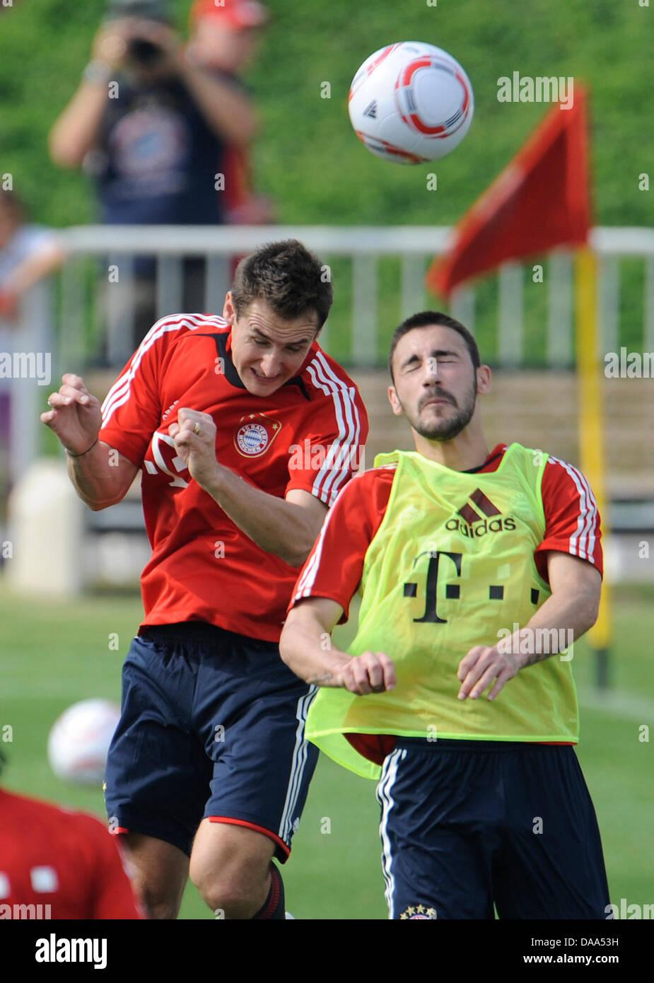 Monaco di Baviera è Miroslav KLOSE (L) e Diego Contento hanno luogo per una testata durante il club di training Immagini Stock