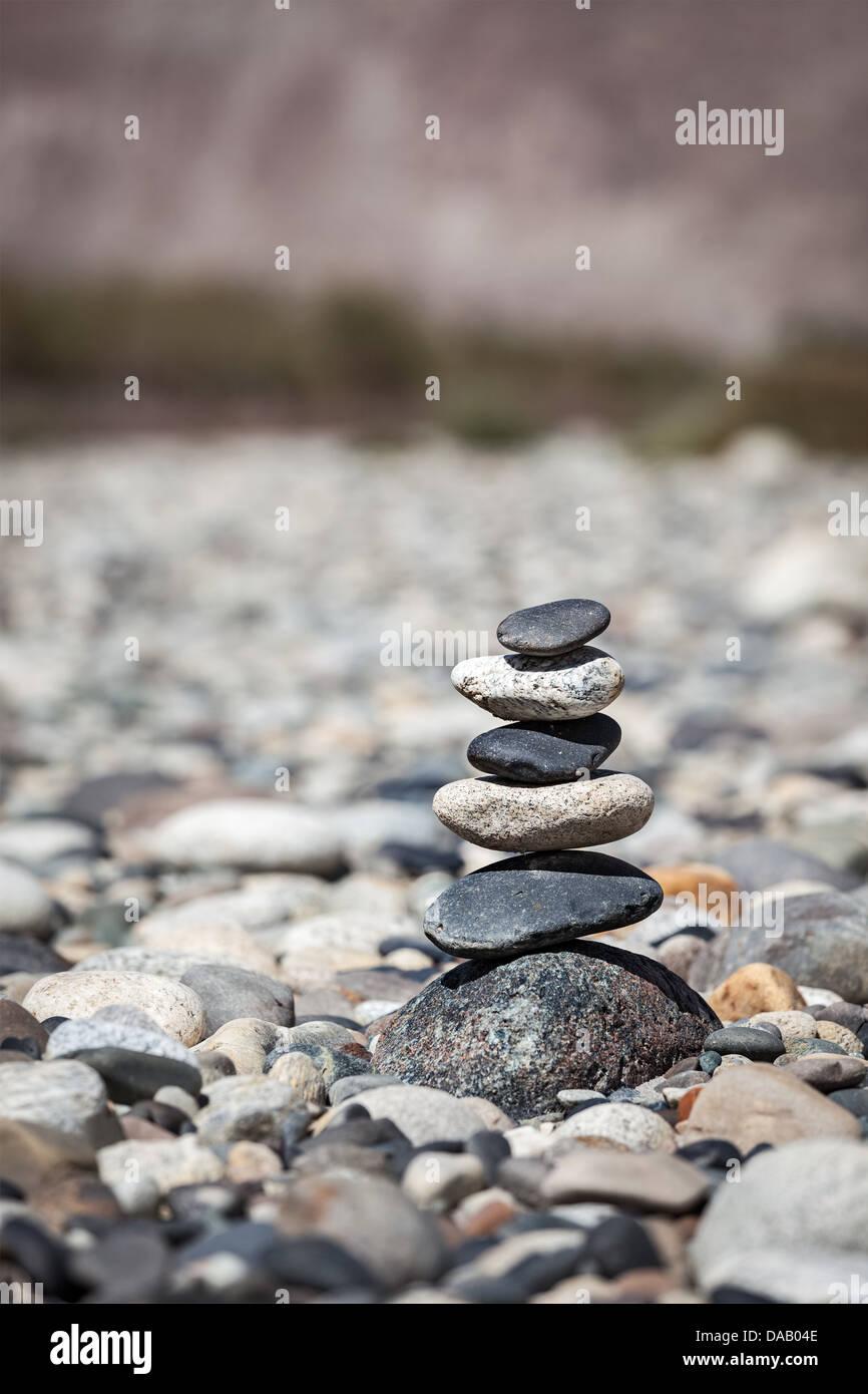 Zen pietre equilibrata pila vicino saldo pace concetto del silenzio Immagini Stock