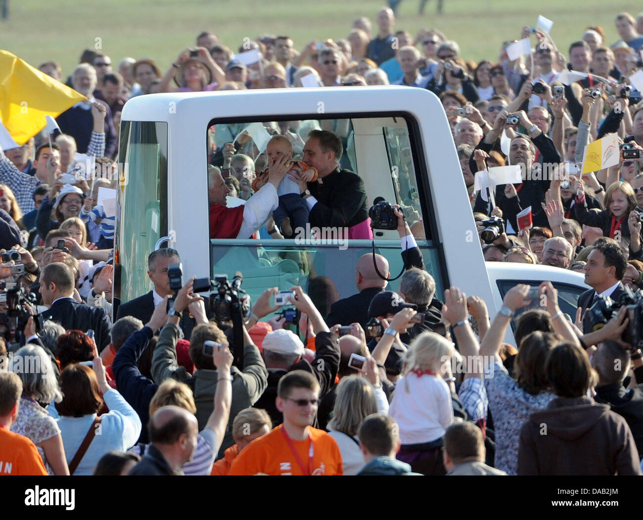 7e8f3a0f6 ... sul suo modo di celebrare la messa in un ex campo di aviazione a  Friburgo in Germania, 25 settembre 2011. Il capo della Chiesa Cattolica  Romana si ...