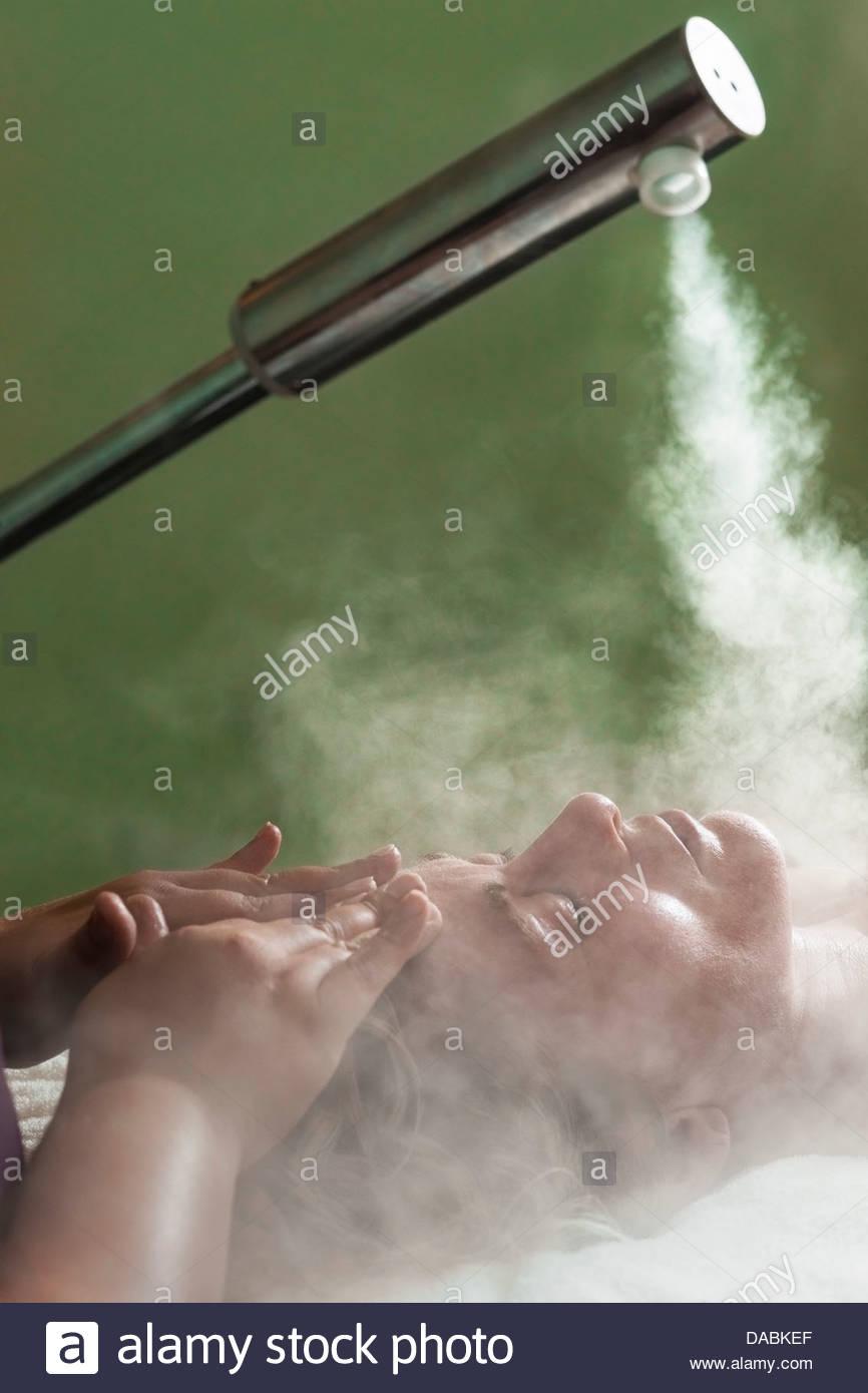 La donna riceve un trattamento viso di vapore, trattamento spa, Mont Rochelle Hotel Cantina station wagon, Winelands, Immagini Stock