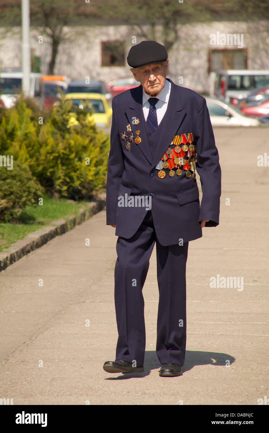 Veterano della II Guerra Mondiale con le sue medaglie Immagini Stock