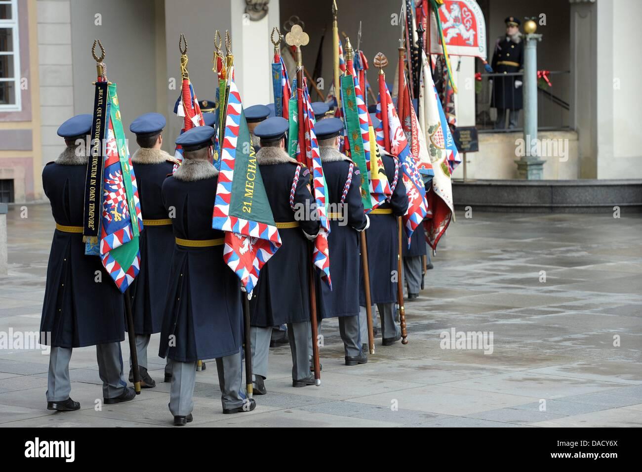Guardsman marzo prima il servizio funebre per l'ex Presidente della Repubblica ceca Vaclav Havel alla Cattedrale di San Vito a Praga Repubblica Ceca, 23 dicembre 2011. Havel morì il 18 dicembre 2011 di 75 anni. Foto: DAVID EBENER Foto Stock