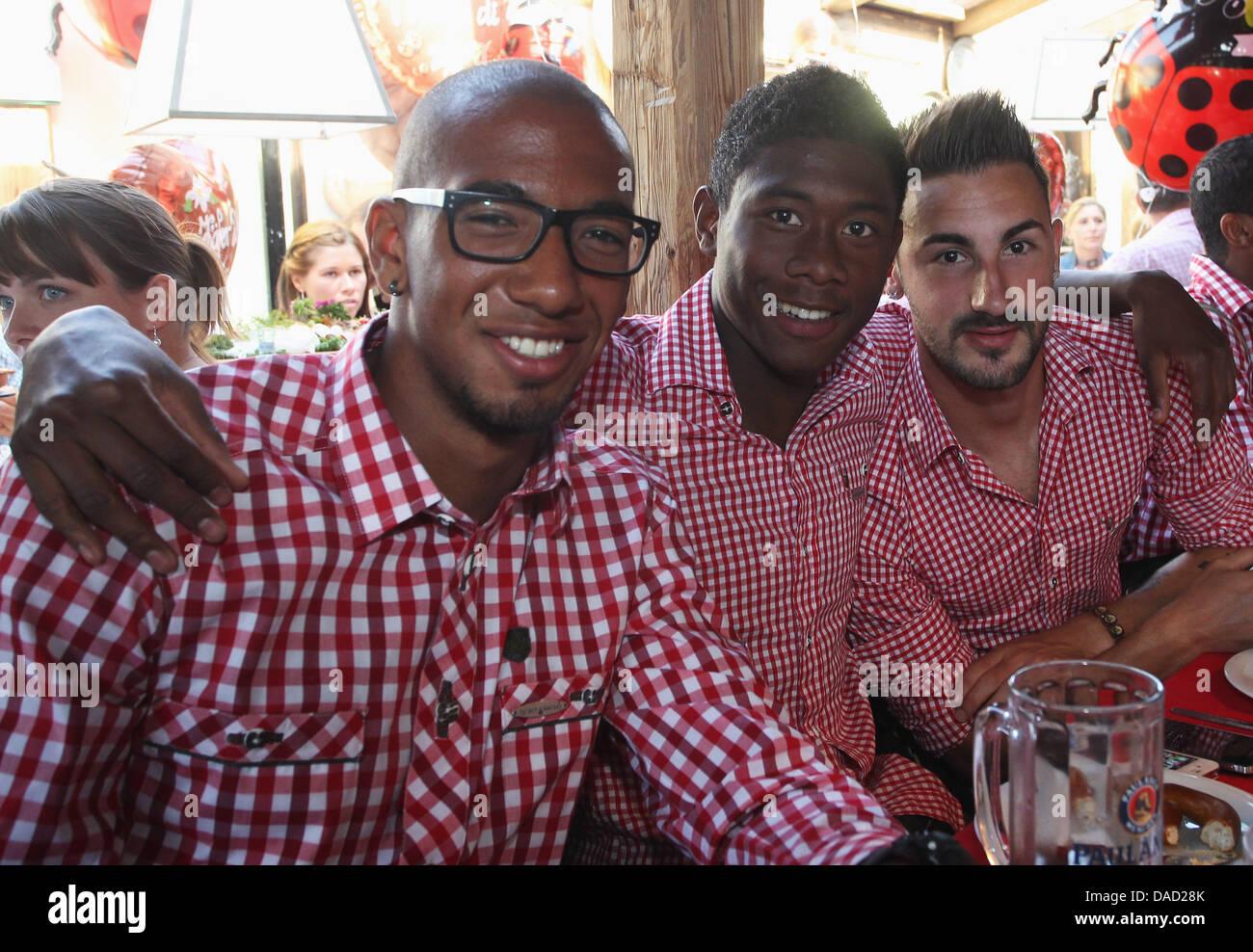I giocatori della Bundesliga club FC Bayern Monaco, Jerome Boateng (L-R), David Alaba e Diego Contento pongono per Immagini Stock