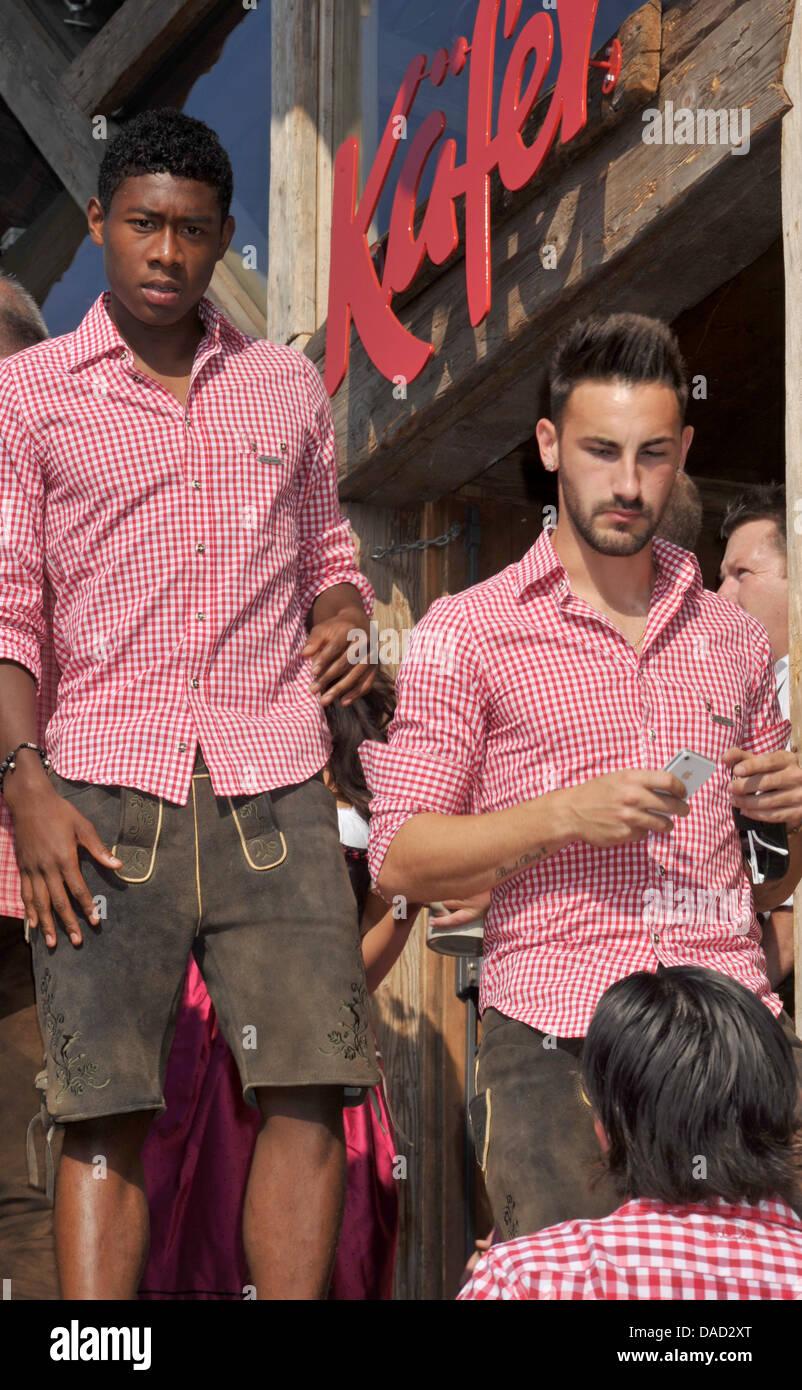 FC Bayern David Alaba (L) e Diego Contento di lasciare la tenda della Kaefer dopo la FC Bayern di visitare l'Oktoberfest Immagini Stock