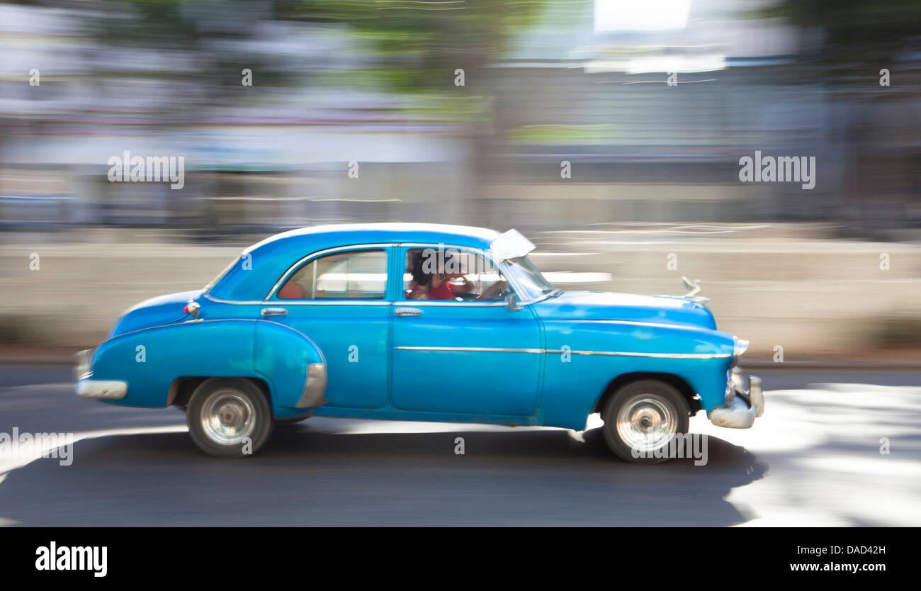 """Panoramica """" colpo di vecchie auto americane per catturare il senso di movimento, Prado, il centro di Havana, Immagini Stock"""