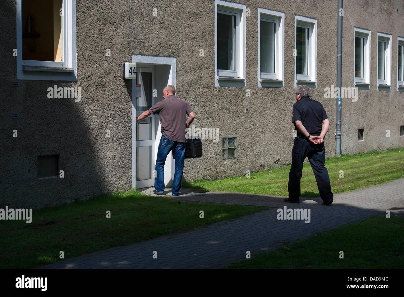 I dipendenti della forensics immettere una casa di famiglia in cui un  sospetto in omicidio di 8c89b466da
